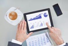 Empresario que sostiene la tableta y el calendario digitales fotos de archivo