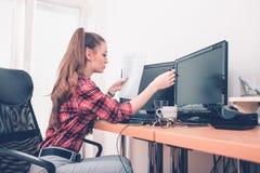 Empresario que trabaja comparando documentos con un ordenador fotografía de archivo libre de regalías
