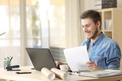 Empresario que trabaja con el ordenador portátil y el documento fotografía de archivo libre de regalías