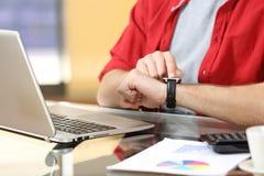 Empresario que trabaja con un smartwatch imagen de archivo libre de regalías