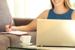 Empresario que trabaja en línea con un ordenador portátil en casa Foto de archivo libre de regalías