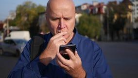 Empresario serio Use Cellphone Application y noticias interesantes leídas metrajes