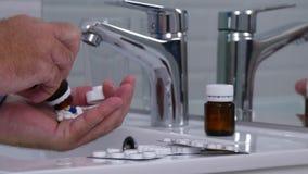 Empresario Taking Pills de una botella de la medicina para el tratamiento médico almacen de metraje de vídeo