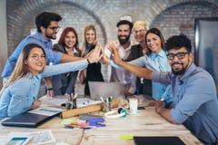 Empresarios acertados y hombres de negocios que alcanzan metas imagen de archivo libre de regalías