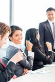 Empresarios asiáticos en la reunión del equipo de la oficina Imagen de archivo