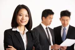 Empresarios chinos que discuten el documento Imagen de archivo libre de regalías