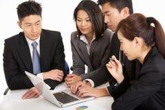 Empresarios chinos que tienen reunión Foto de archivo libre de regalías