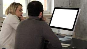 Empresarios co-que trabajan comparando una información del equipo de escritorio en la oficina Visualización blanca metrajes