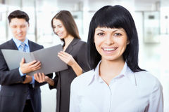 Empresarios con el líder de sexo femenino foto de archivo libre de regalías