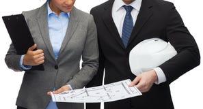 Empresarios con el modelo y el casco fotografía de archivo
