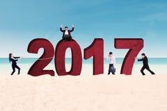 Empresarios con 2017 en la costa Fotografía de archivo libre de regalías