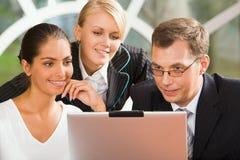 Empresarios con la computadora portátil Imagen de archivo libre de regalías
