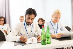 Empresarios con los papeles en la conferencia Fotografía de archivo libre de regalías