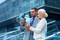 Empresarios con PC de la tableta al aire libre Imagen de archivo