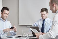 Empresarios con PC del smartphone y de la tableta Fotos de archivo libres de regalías