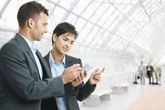 Empresarios con smartphone Imagen de archivo libre de regalías