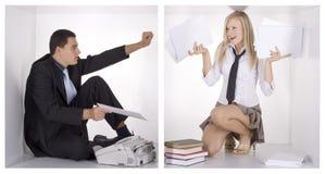 Empresarios divertidos en los cubos blancos Imagenes de archivo