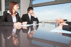 Empresarios durante negociaciones fotos de archivo libres de regalías