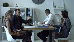 Empresarios emocionales que discuten en la reunión en oficina almacen de metraje de vídeo