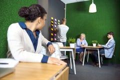 Empresarios en el pasillo de la oficina Fotos de archivo