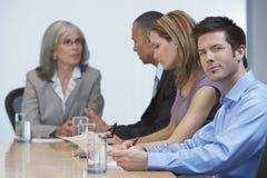 Empresarios en la mesa de reuniones Foto de archivo