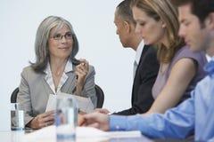 Empresarios en la mesa de reuniones Imágenes de archivo libres de regalías