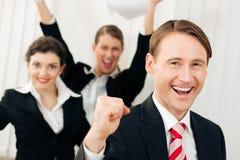 Empresarios en la oficina que tiene gran éxito Imagenes de archivo