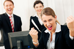 Empresarios en la oficina que tiene gran éxito Fotografía de archivo libre de regalías