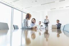 Empresarios en la sala de conferencias imagenes de archivo