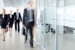 Empresarios en pasillo Fotografía de archivo libre de regalías