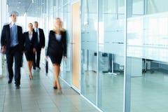 Empresarios en pasillo Imagenes de archivo