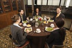 Empresarios en restaurante. foto de archivo libre de regalías