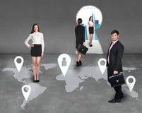 Empresarios en un mapa imágenes de archivo libres de regalías