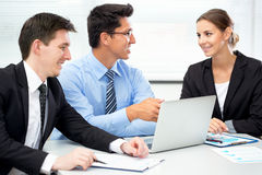 Empresarios en una reunión en la oficina Imagen de archivo