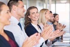 Empresarios felices que aplauden en la conferencia imagenes de archivo
