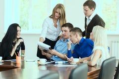 Empresarios jovenes en una reunión de negocios en la oficina Foto de archivo