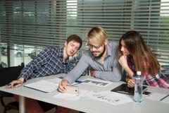 Empresarios jovenes que miran el vídeo de entrenamiento Fotografía de archivo