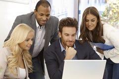 Empresarios jovenes que trabajan junto Imagen de archivo libre de regalías