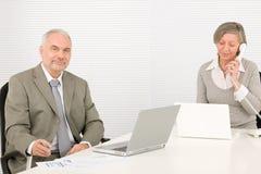 Empresarios mayores felices que miran gráficos fotos de archivo