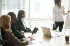 Empresarios multirraciales que asisten al entrenamiento del grupo de sociedades o imagenes de archivo