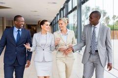 Empresarios multirraciales que caminan junto Imagen de archivo