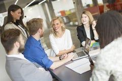 Empresarios multirraciales que tienen reunión en la sala de conferencias Fotografía de archivo libre de regalías
