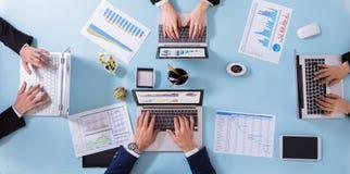 Empresarios que analizan gráficos fotografía de archivo