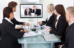Empresarios que asisten a videoconferencia Imágenes de archivo libres de regalías