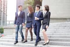 Empresarios que caminan abajo de la escalera Fotografía de archivo