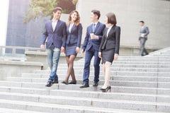 Empresarios que caminan abajo de la escalera Imagen de archivo