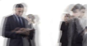 Empresarios que caminan en la oficina en un día ocupado 4k