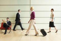 Empresarios que caminan en pasillo de la oficina Fotos de archivo libres de regalías