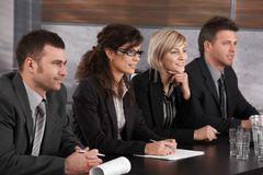 Empresarios que conducen entrevista de trabajo Foto de archivo libre de regalías