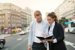 Empresarios que conmutan y que caminan en ciudad fotos de archivo